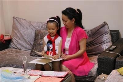 10岁女孩帮失忆妈妈复健:原来妈妈教我 现在我教妈妈