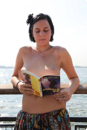 纽约女大学生街头裸体读书 裸体 裸胸