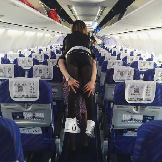 空姐背乘客下飞机 空姐服务 空姐