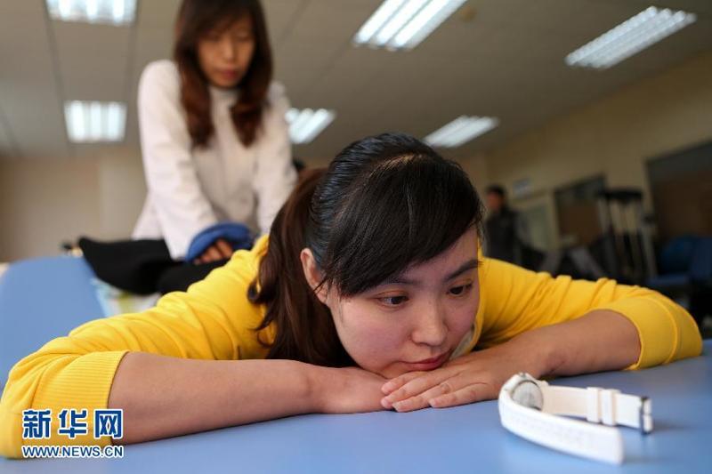 """中国最美女教师事迹_""""最美女教师""""张丽莉近况曝光 为正常行走而努力"""