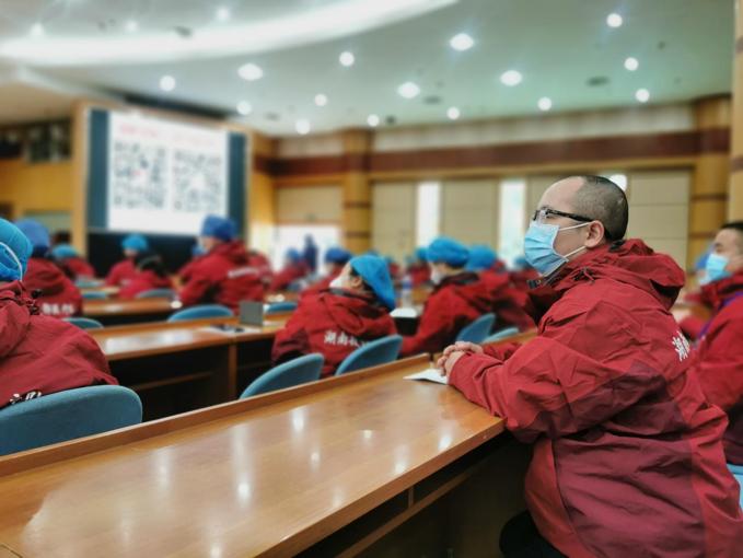 林凌在到达武汉市金银潭医院的第一天参加新冠肺炎危重症患者救治培训.png