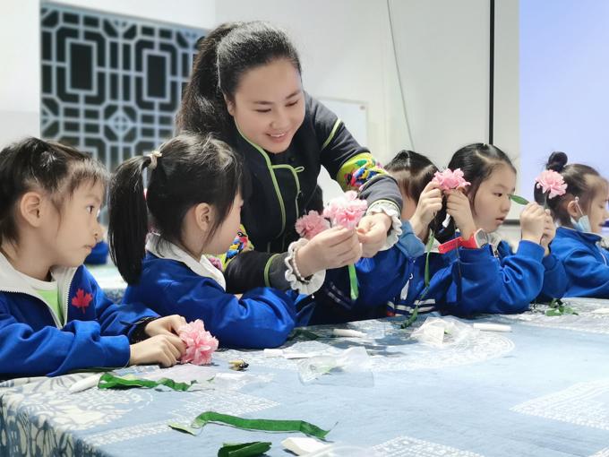 尹海花在课上教学生制作立体纸艺花卉。.jpg