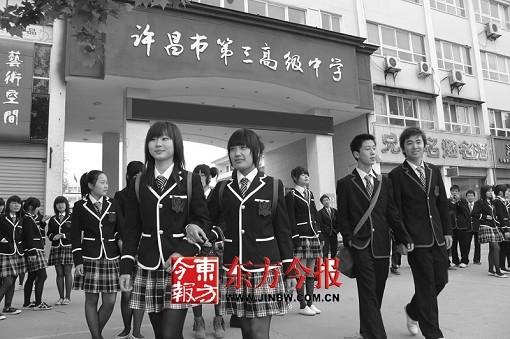 最拽校服现身河南 女生短裙黑丝引网友感叹