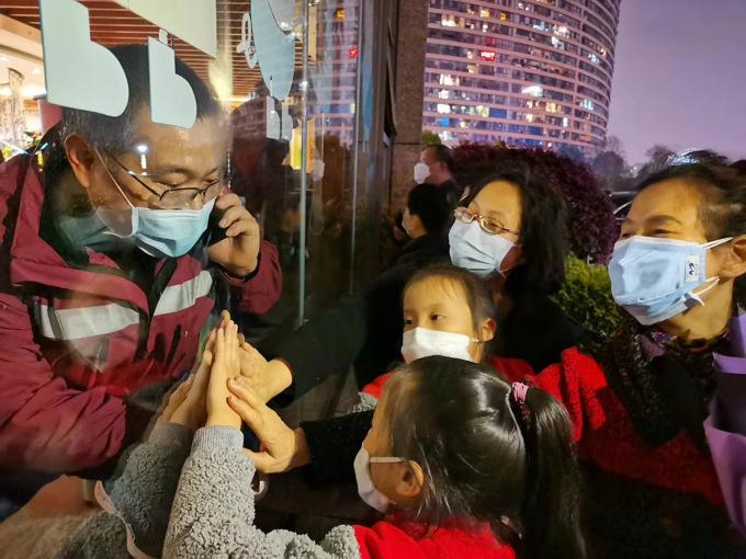 刘志勇家庭.4月1日隔离酒店一家人隔窗击掌.JPG