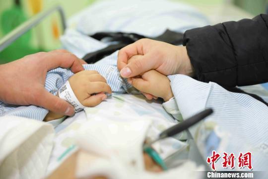 2岁男童不慎将剪刀插入颅内 医疗费用 救助