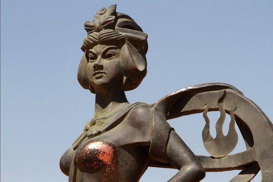 女塑像遭袭胸 铁扇公主被袭胸 女雕像的胸 雕像遭咸猪手 袭胸