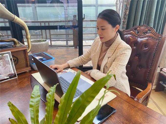 湖南华银酒店管理有限公司股东 唐翠兰 自拍自剪美食视频.jpg