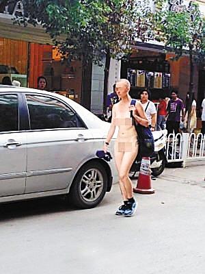 全裸 裸女昆明街头逛街