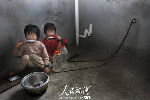 """两幼女被锁黑屋 被救时哭喊""""爸爸不让动"""""""
