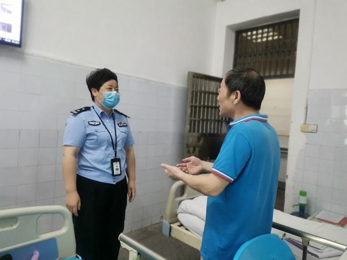 李晖与监管医院的患者笑着交流。.jpg
